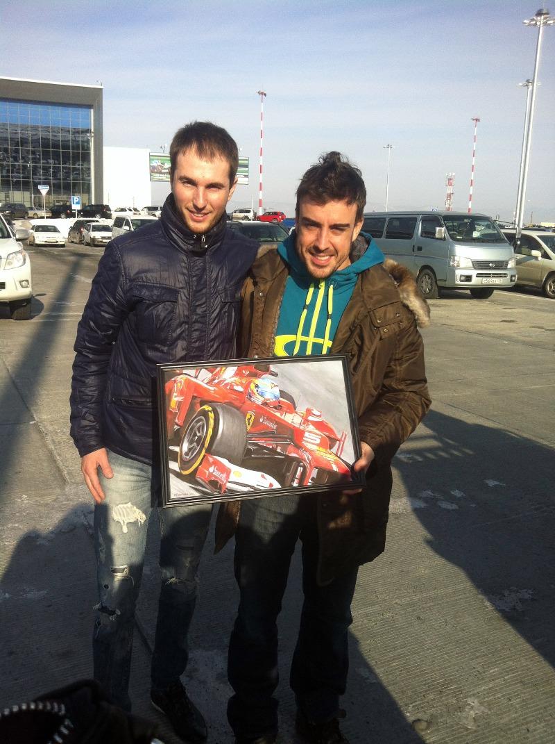 Фернандо Алонсо и Павел с картиной болида Ferrari F2012 в аэропорту Владивостока