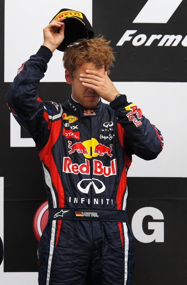 Себастьян Феттель фэйспалмит на подиуме Гран-при Канады 2011 после финиша на 2-ом месте