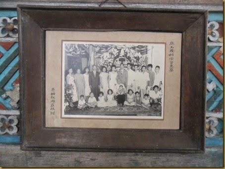 Foto keluarga jaman dulu, masih hitam putih, keluarga besar China peranakan