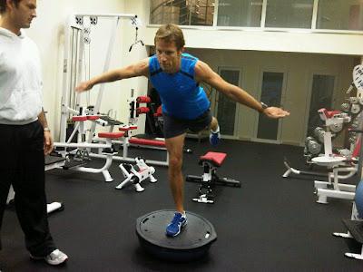 Дженсон Баттон улучшает проприоцепцию в спортзале