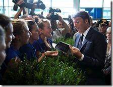Matteo Renzi fa l'idiota con le hostess