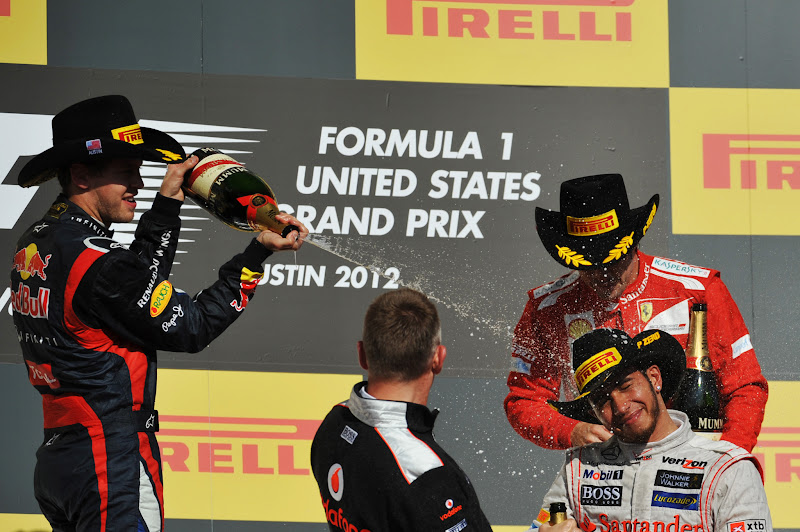 Льюис Хэмилтон наслаждается победой на подиуме Гран-при США 2012