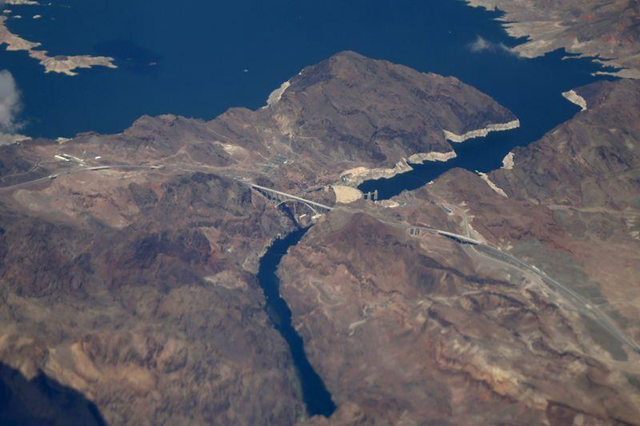 Lake Mead and the Hoover Dam are seen in Nevada and Arizona, on 23 April 2015. Lake Mead, the largest capacity reservoir in the United States, dropped to its lowest water level in recorded history on 26 April 2015 as its source, the Colorado River, suffers from 14 years of severe drought. Photo: Lucy Nicholson / REUTERS