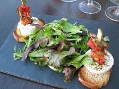 640px-Salade_mesclun_et_chèvre_chaud_sur_toasts