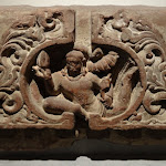 "Candrasala avec vidyadhara, génie ""porteur de science"". Uttar Pradesh, Mathura. Epoque gupta, vers 430-435. Grès rose. MA 29."