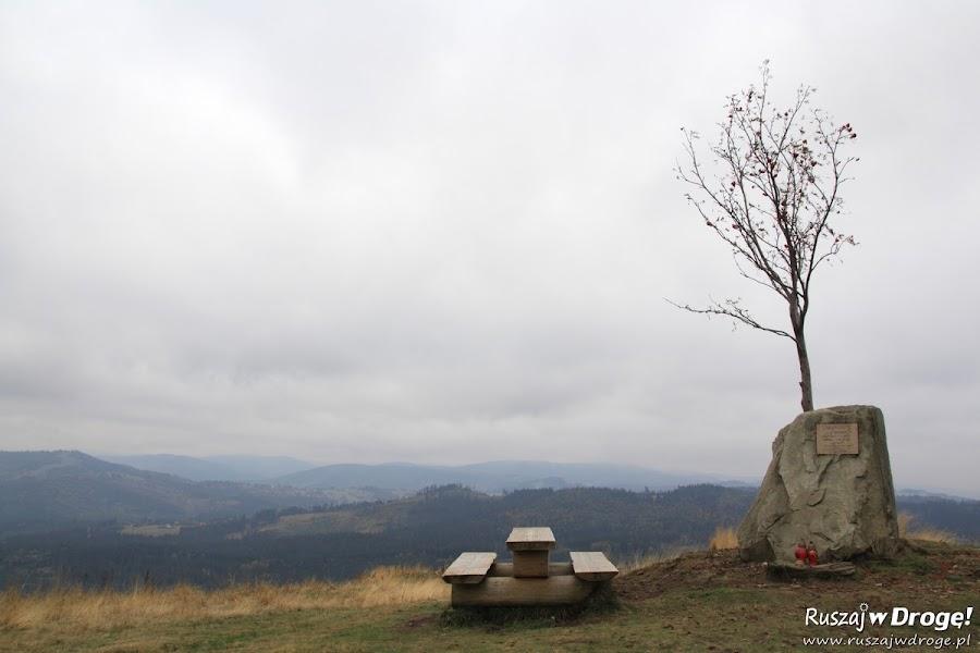 Góra Ochodzita w Koniakowie jesienią - Pomnik dla Jana Pawła II