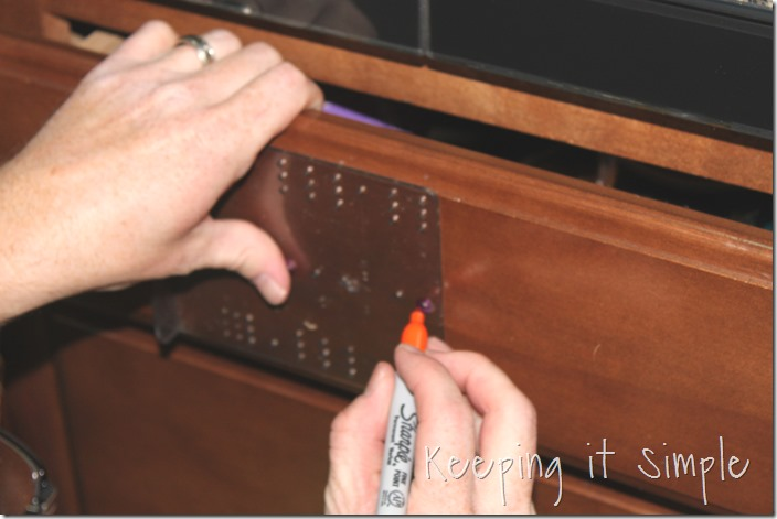 how-to-install-kitchen-cabinet-hardware (13)