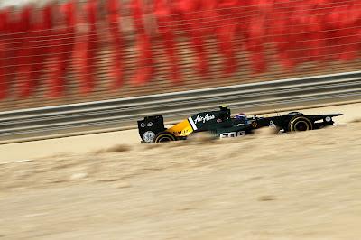 Виталий Петров на Caterham во время второй сессии свободных заездов на песчаном Гран-при Бахрейна 2012