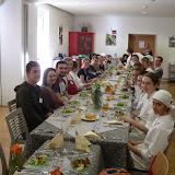 Alle genießen das gemeinsam gekochte Essen