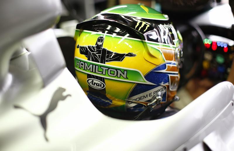 зеленый шлем Льюиса Хэмилтона для Гран-при Бразилии 2013