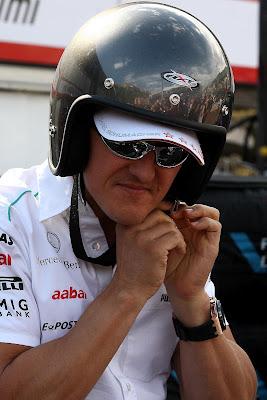 Михаэль Шумахер в шлеме поверх кепки на Гран-при Монако 2012