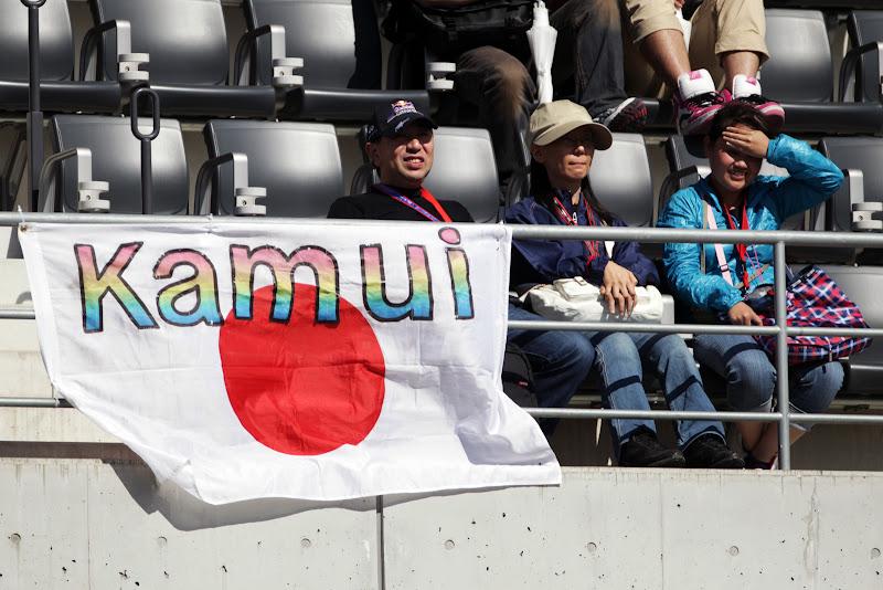 болельщики Камуи Кобаяши с японским флагом на трибунах Сузуки на Гран-при Японии 2011