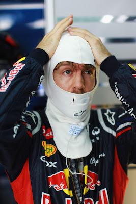Себастьян Феттель укладывает подшлемник перед квалификацией на Гран-при Малайзии 2012