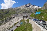 Wie schon die Tage zuvor. Auf der Westrampe den Furkapass hinauf. Blick auf die Geröllwanne des Rhonegletscher und das Hotel Belvédère. Diesmal aber mit der Furka-Dampfbahn rechts unten im Bild.