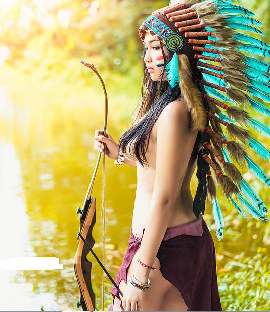 Bộ ảnh cô gái ngực trần với trang phục thổ dân