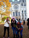 Halloween Stimmung im herbstlichen Frankreich. Katie, Sarah und Maria vor der Kathedrale in Chartres