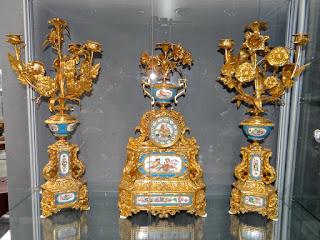 Шикарный часовой гарнитур из позолоченной бронзы и расписного фарфора. 19-й век.