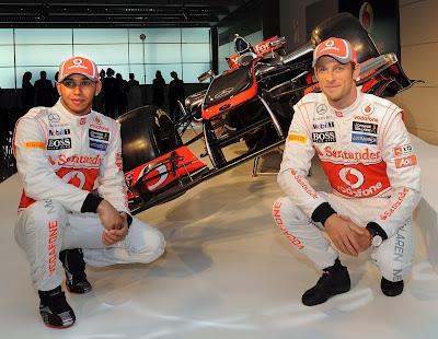 Льюис Хэмилтон и Дженсон Баттон на фоне нового болида McLaren MP4-27 на презентации 1 февраля 2012