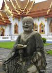 Kamienny Budda siedział niewzruszony obrotem spraw.