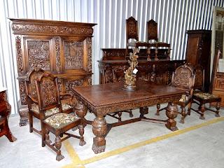 Столовый гарнитур 19-й век. Стол, два кресла, шесть стульев, буфет, дрессуар.
