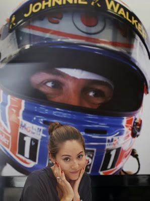 Джессика Мичибата на фоне Дженсона Баттона на Гран-при Японии 2013