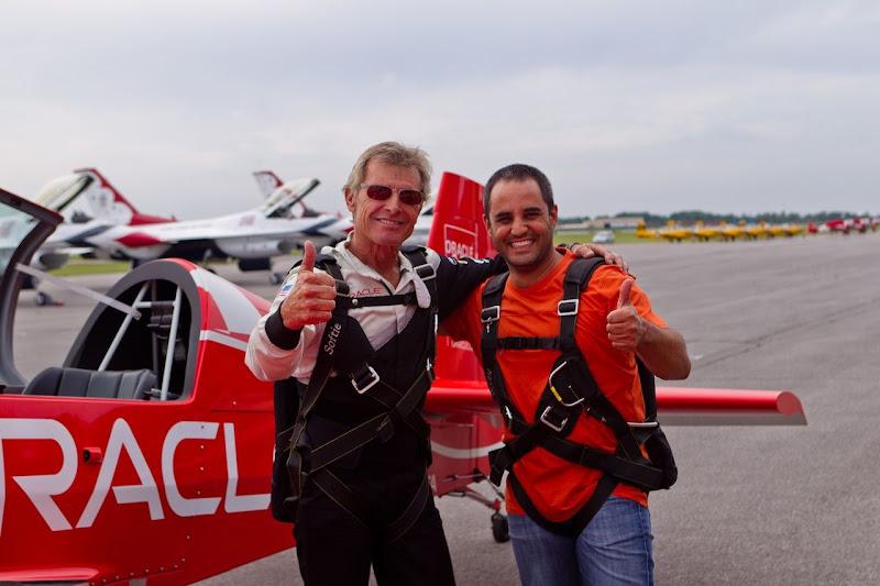 Хуан Пабло Монтойя и второй пилот на фоне самолета