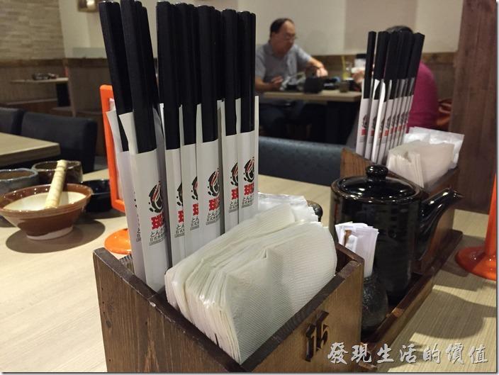 台北南港【斑鳩的窩】日式炸豬排專賣店的店內裝潢。