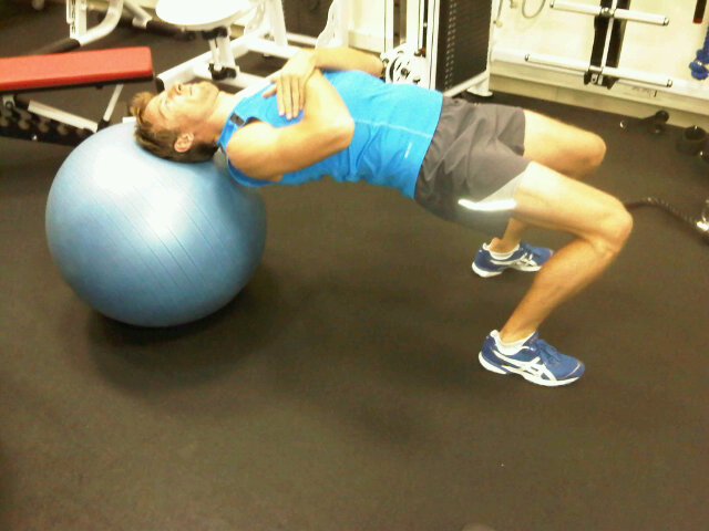 Дженсон Баттон в спортзале работает над мышцами шеи