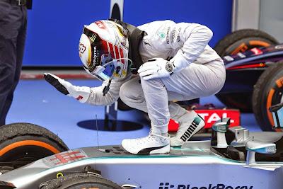 Льюис Хэмилтон хлопает Mercedes после победы на Гран-при Малайзии 2014