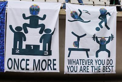 баннеры болельщиков в поддержку Марка Уэббера на трибуне Гран-при Кореи 2013