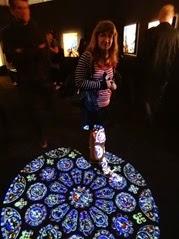 2015.05.17-030 Stéphanie et la rosace nord de la cathédrale de Chartres