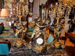 Шикарный часовой гарнитур. Фрнанция 19-й век. Патинированная бронза. Позолота. Высота 70 см.