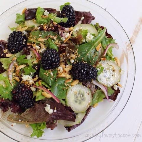 Black & Blue Salad || ashleylovestocook.com