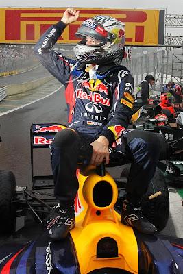 Себастьян Феттель оседлал свой Red Bull после финиша Гран-при Бразилии 2012