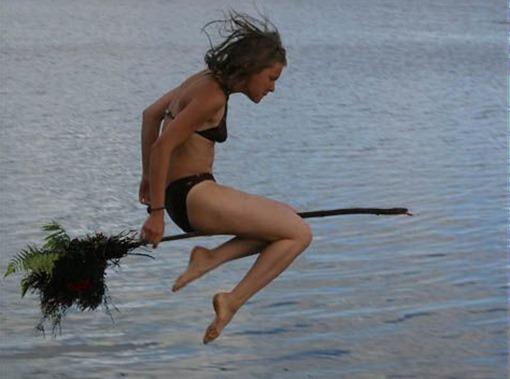 Женщина на метле над водой