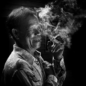 Perokok by Esmar Abdul Hamid - People Portraits of Men ( black and white, senior citizen )
