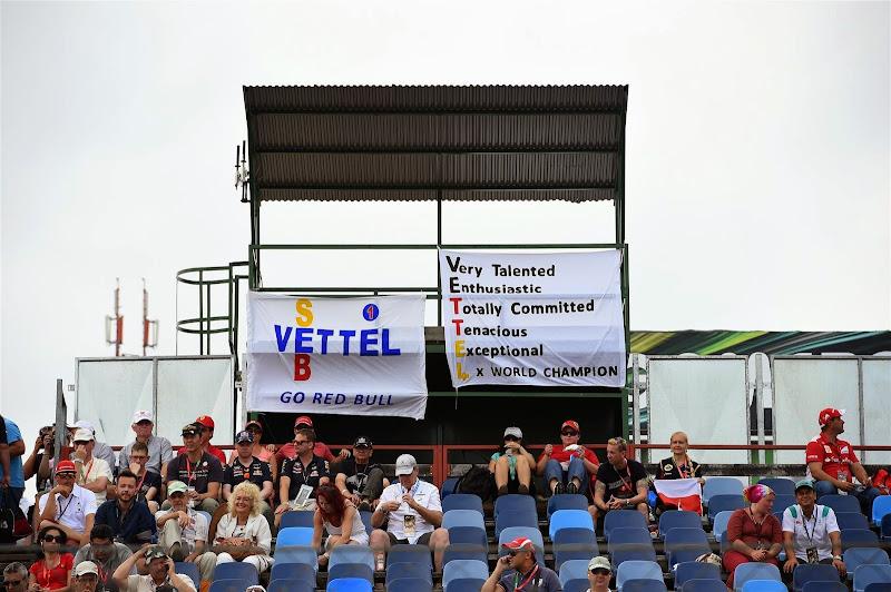 баннеры в поддержку Себастьяна Феттеля от болельщиков Хунгароринга на Гран-при Венгрии 2014