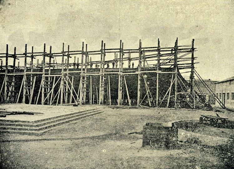 Crucero PRINCESA DE ASTURIAS en gradas. Foto de la revista LA NATURALEZA. Año 1893.jpg