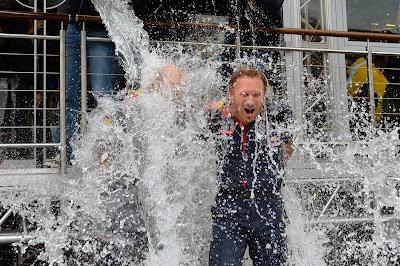 Эдриан Ньюи и Кристиан Хорнер обливаются ледяной водой - ALS Ice Bucket Challenge на Гран-при Бельгии 2014