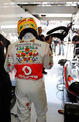 Льюис Хэмилтон в специально подготовленном комбинезоне Hugo Boss для Гран-при Венгрии 2011