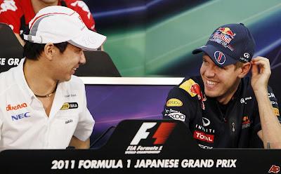 Камуи Кобаяши и Себастьян Феттель смеются на пресс-конференции Гран-при Японии 2011