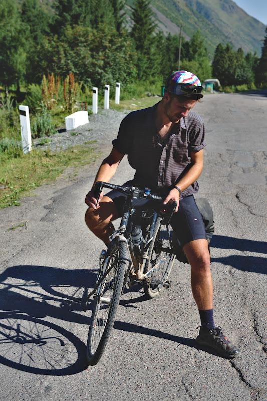 Josh, pe bicicleta pe care a venit din Anglia.