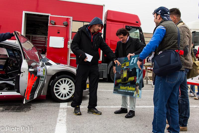 болельщики Роберта Кубицы путают шлем гонщика