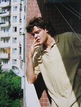 Мужчина курит на балконе