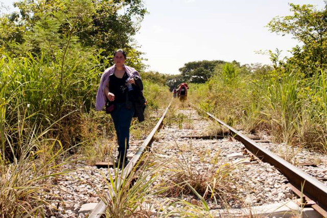 A woman from El Salvador walks along train tracks in Chiapas, Mexico, October 2015. Photo: M. Redondo / UNHCR