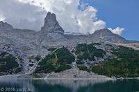 Auf dem Scheitel des Passo di Fedaia (2057m). Auf der gegenüberliegenden Seite des Stausees Lago di Fedaia die Flanke des Marmolata-Massivs.