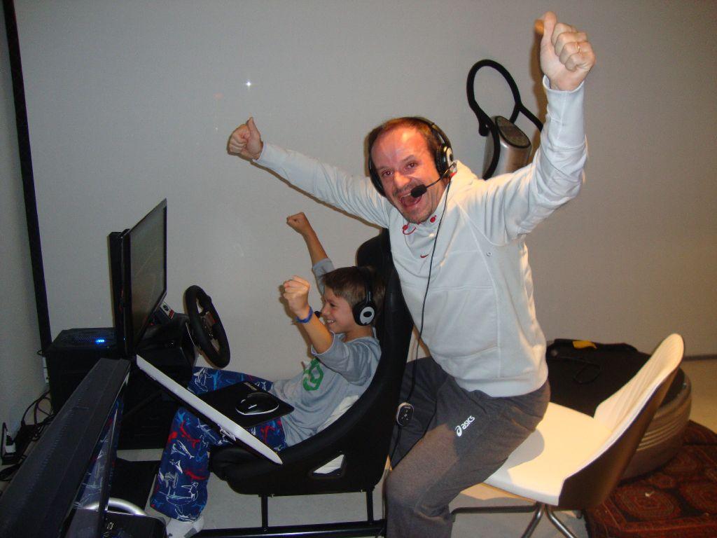 Рубенс Баррикелло с сыном играют в видеоигры