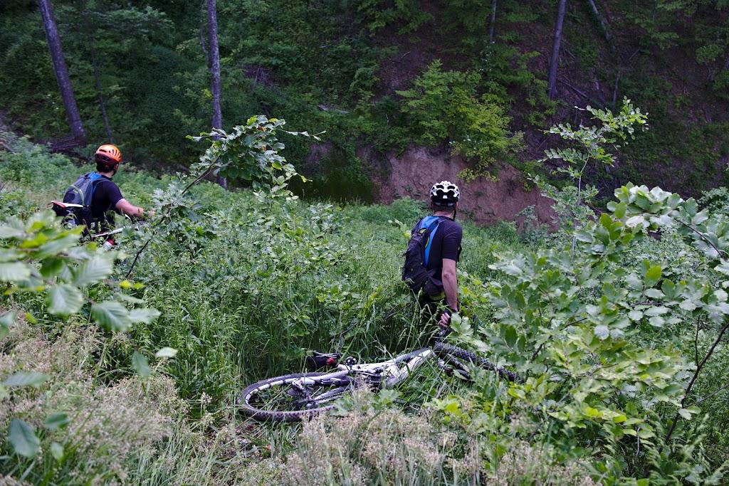 Doru tragand la vale bicicleta si verificand inclinatia pe ceea ce a fost categorisita ca cea mai grea portiune de traseu pe care a fost pana acum cu bicicleta.