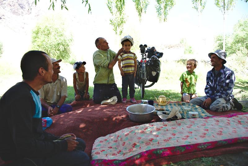Pauza de pranz, la ceai cu localnicii din Rushorv.