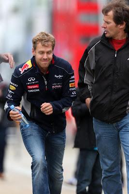 Себастьян Феттель бежит по паддоку Сильверстоуна на Гран-при Великобритании 2013